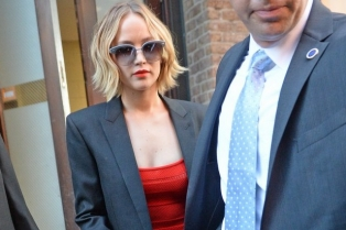 "November 12, 2014: Jennifer Lawrence is seen leaving her hotel and heading to ""The Late Show With David Letterman"" today in in New York City.Mandatory Credit: Elder Ordonez/INFphoto.com Ref: infusny-160"
