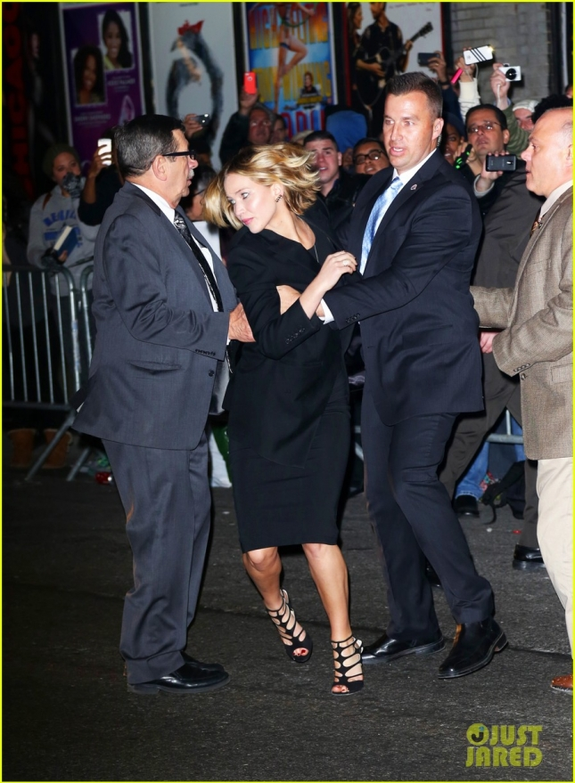 jennifer-lawrence-rushes-to-safety-after-fans-knock-down-barrier-03
