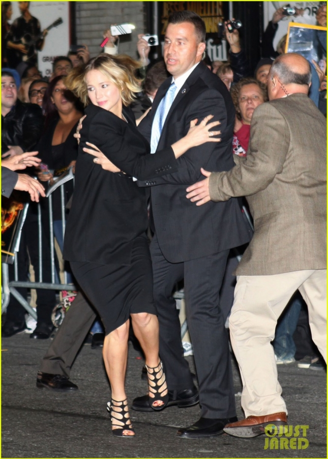jennifer-lawrence-rushes-to-safety-after-fans-knock-down-barrier-04