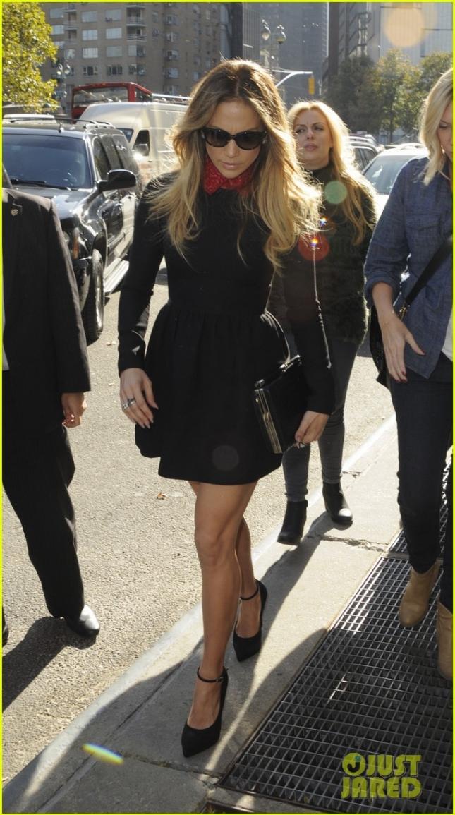 """Дженнифер Лопез после презентации своей новой книги """"True Love"""" (""""Настоящая любовь"""") в чёрном наряде от Valentino"""