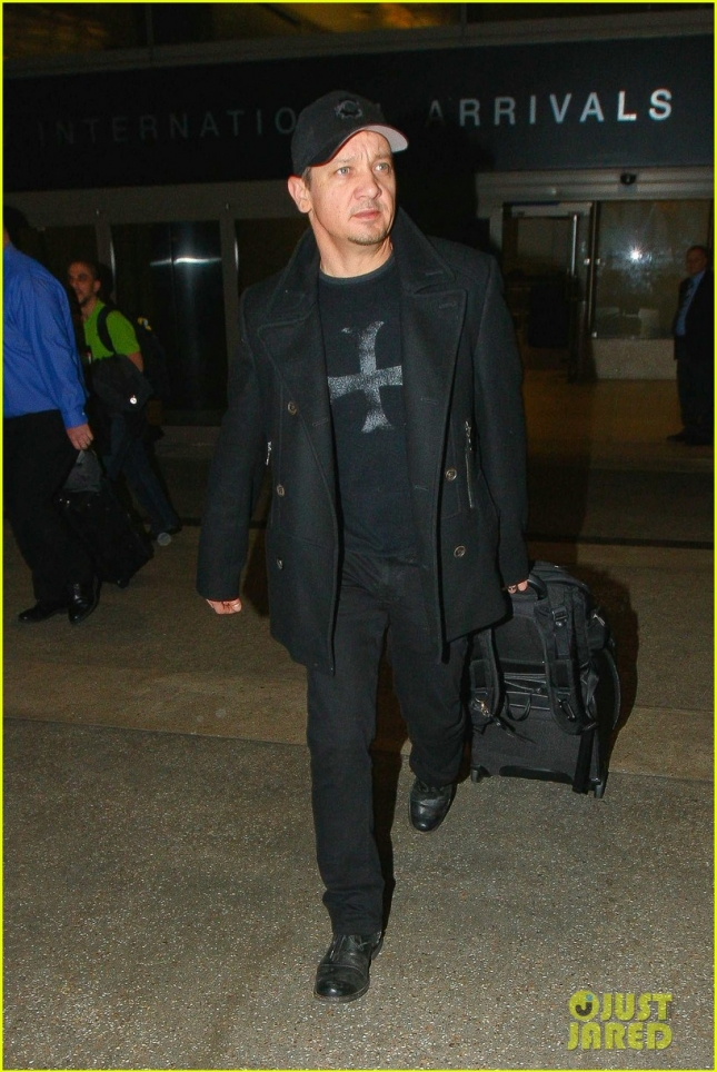 jeremy-renner-all-black-lax-04