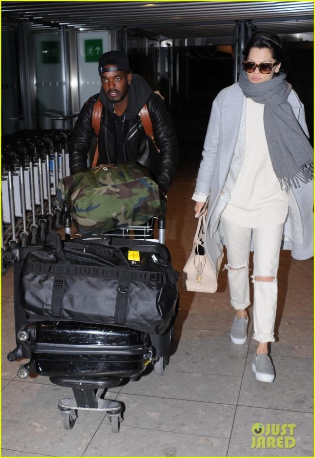 jessie-js-boyfriend-luke-james-does-the-heavy-airport-lifting-03