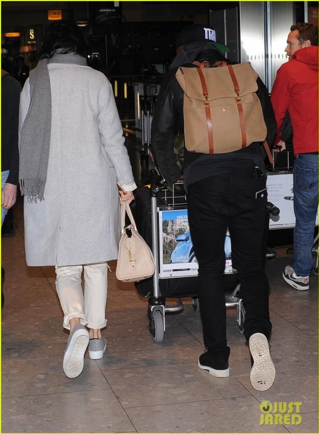 jessie-js-boyfriend-luke-james-does-the-heavy-airport-lifting-08
