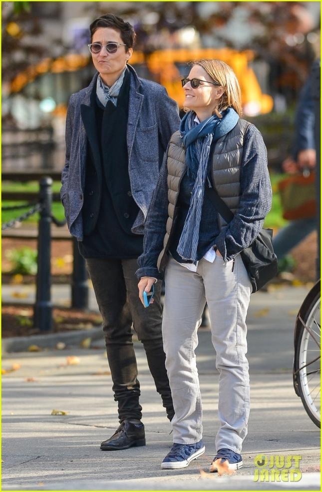 Джоди Фостер вместе с женой Александрой Хедисон прогулялась по парку в Нью-Йорку