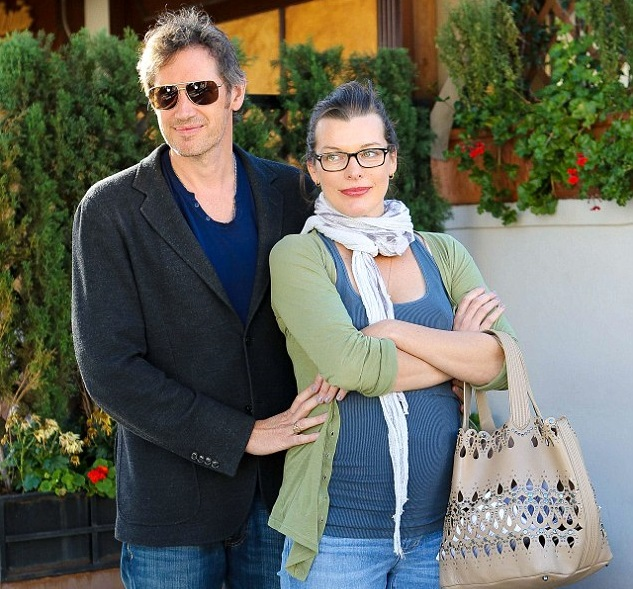 Милла Йовович и Пол Андерсон возле ресторана Il Pastaio