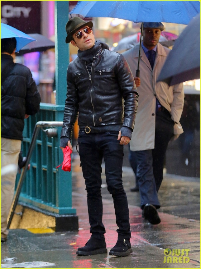 Justin Theroux looks up towards the rainy sky as he goes shopping for his-and-hers watches at Audemars Piguet in NYC