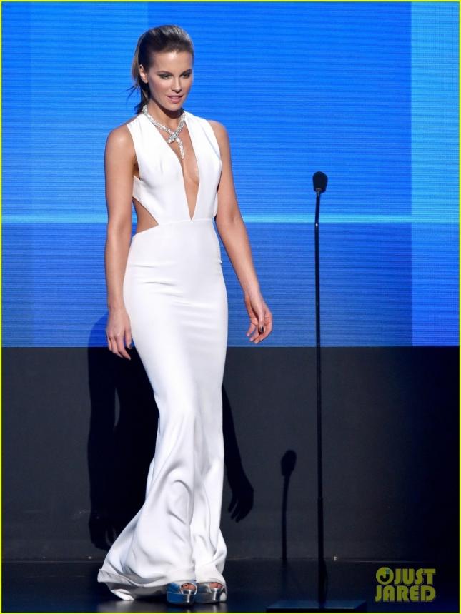 Кейт Бэкинсейл объявляет победителей на сцене American Music Awards