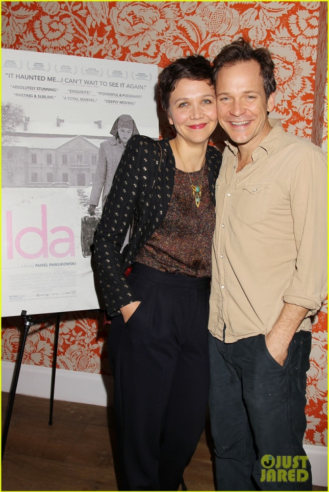 maggie-gyllenhaal-peter-sarsgaard-get-cozy-at-ida-screening-03
