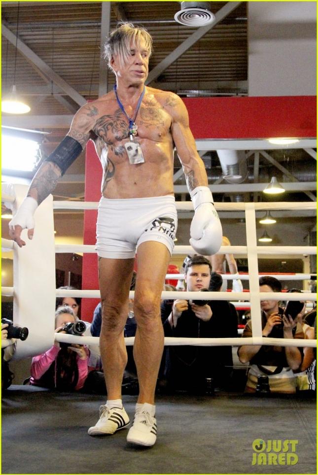 """62-летний Микки Рурк готовится к своему первому боксерскому поединку за последние 20 лет. Уже сегодня актер и боксер в отставке проведет 5-раундовый бой в ГЦКЗ """"Россия"""" (Москва) против 29-летнего американца Эллиота Сеймура. Вечером, если хотите конечно, смотрите бой на канале """"Россия 2"""""""