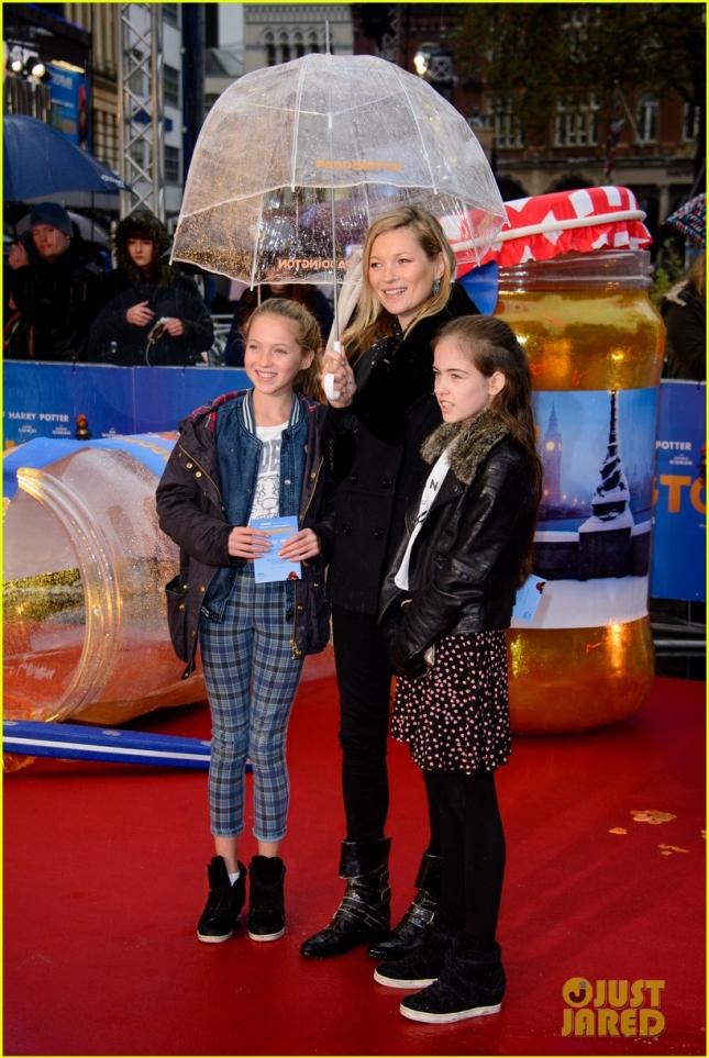 Кейт Мосс с дочерью (слева от нас) и её подружкой