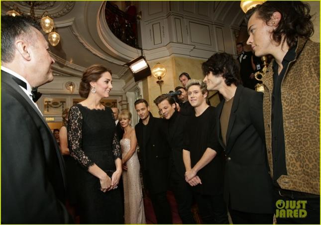 Наряду с Деми перед королевским семейством выступила группа One Direction. Бойз-бенд лично поприветствовала герцогиня Кембриджская.