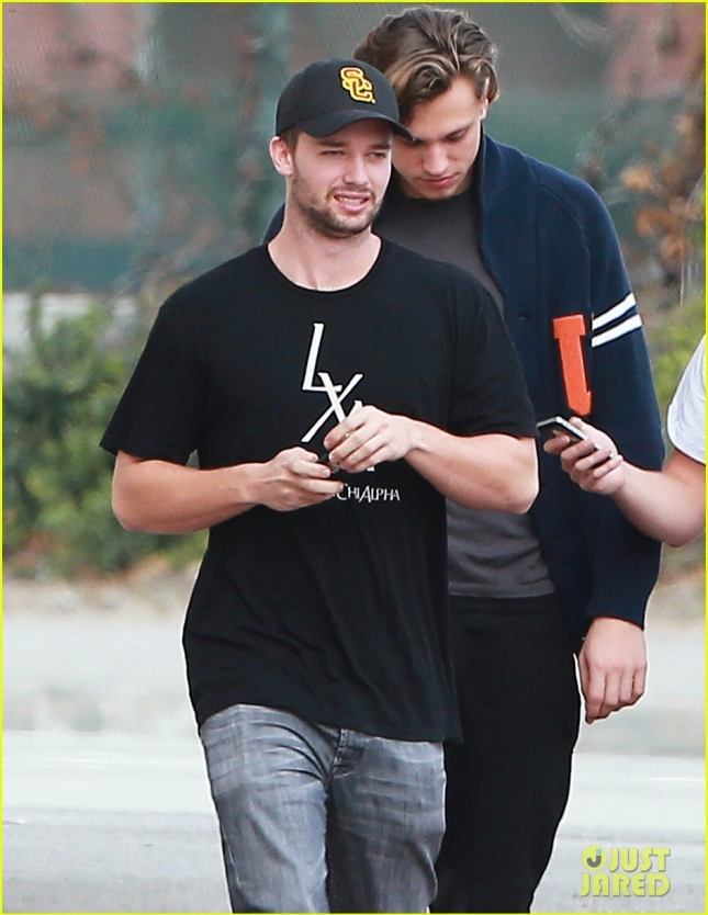 patrick-schwarzenegger-hang-out-with-friends-04
