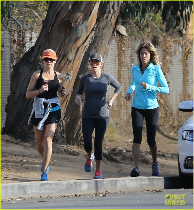 reese-witherspoon-goes-for-a-jog-02