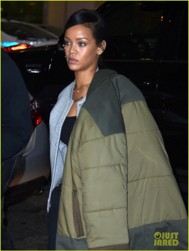 rihanna-wears-her-large-winter-jacket-over-one-shoulder-02