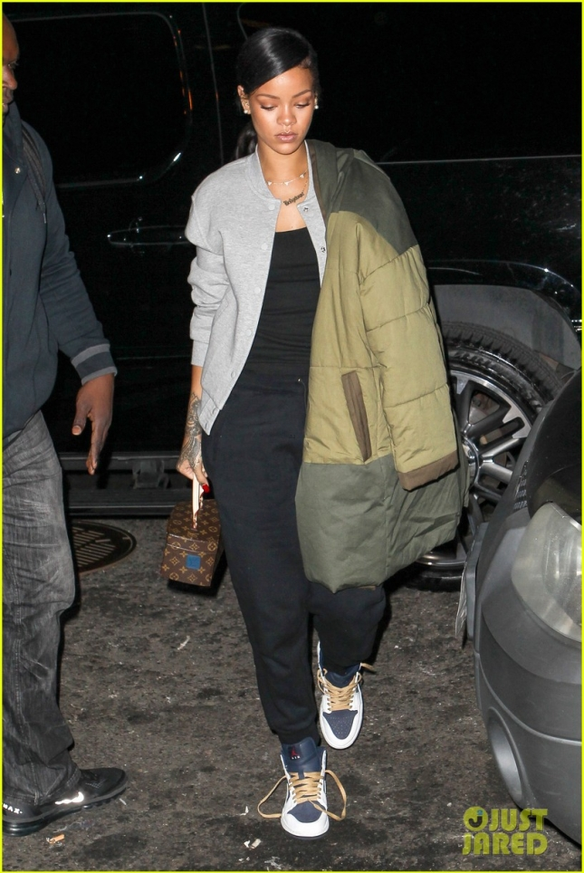 rihanna-wears-her-large-winter-jacket-over-one-shoulder-03
