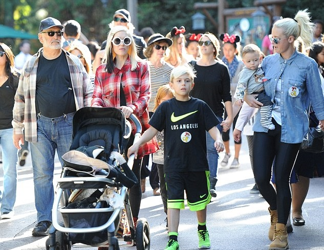 Гвен Стефани с детьми и друзьями
