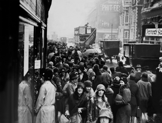 1929. DECEMBER 30TH. ENGLAND. WINTER SALE BEGIN