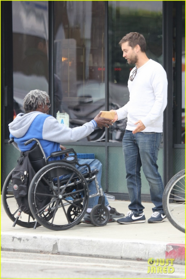 tobey-maguire-buys-homeless-man-lunch-02