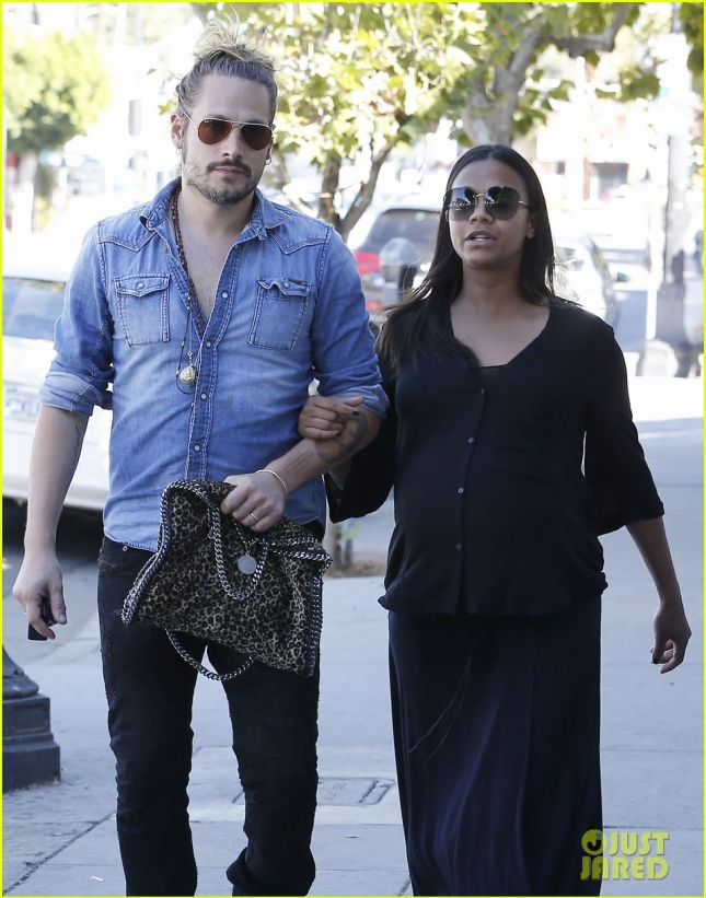 zoe-saldana-looks-for-new-house-before-twins-arrival-10