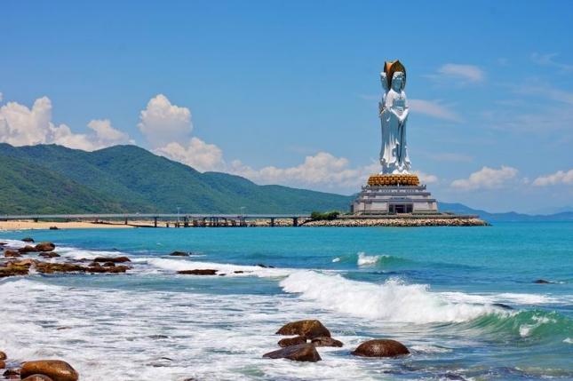 Статуя богини Гуаньинь в  центре буддизма Наньшань на Хайнане