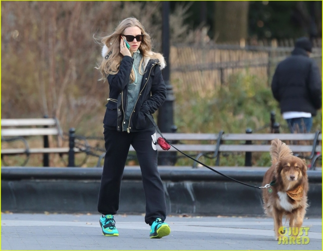 amanda-seyfried-takes-finn-for-a-walk-01