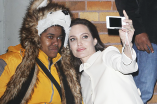 angelina-jolie-comforts-crying-fan-nyc-06