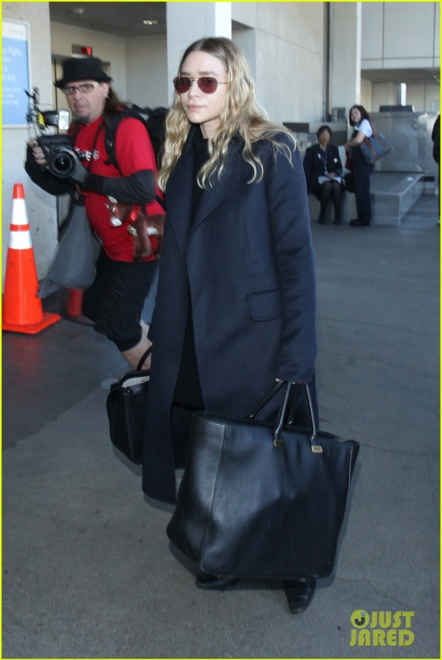 ashley-olsen-jets-out-of-los-angeles-before-christmas-01