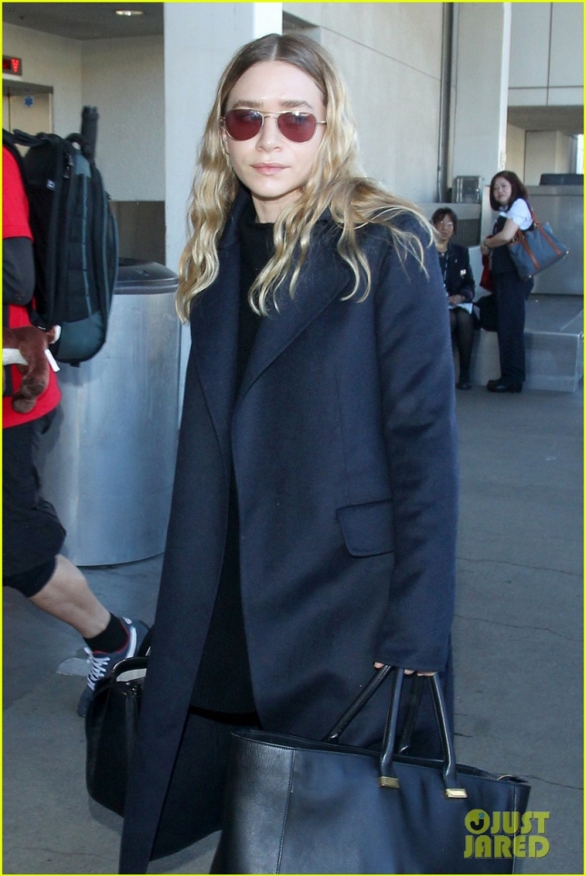 ashley-olsen-jets-out-of-los-angeles-before-christmas-02