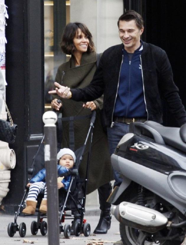 Холли Берри, похоже, решила провести Рождество во Франции. Актрису вместе с мужем Оливье Мартинесом и сыном