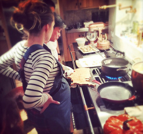 blake-lively-gets-cooking-lesson-01