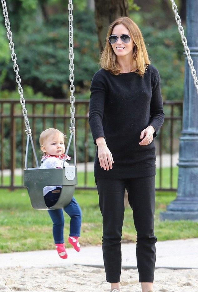 Эмили Блант с дочкой