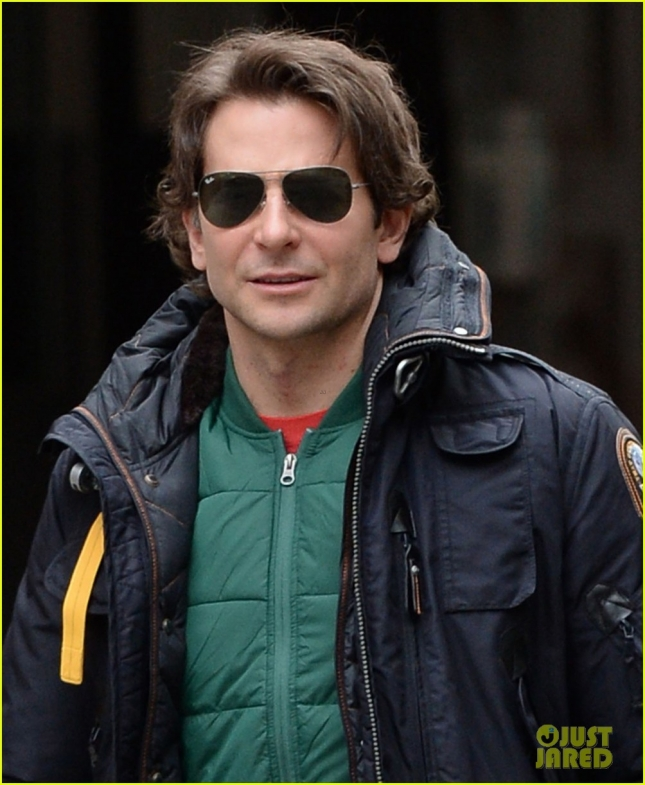 bradley-cooper-rides-nyc-subway-the-elephant-man-05