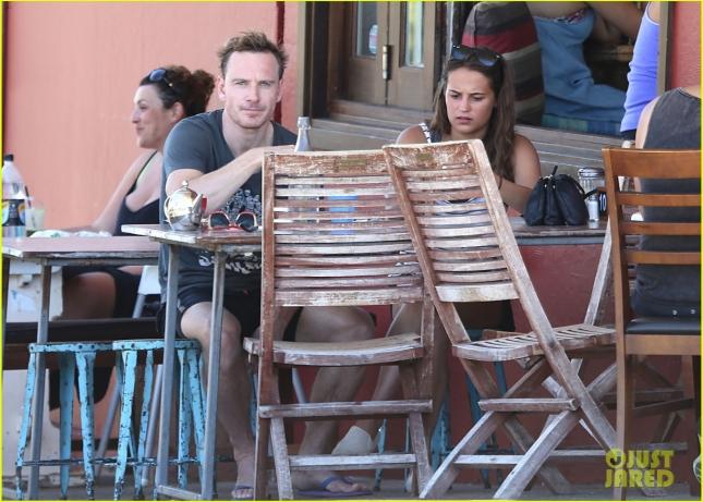 Майкл и Алисия пообедали в местном кафе