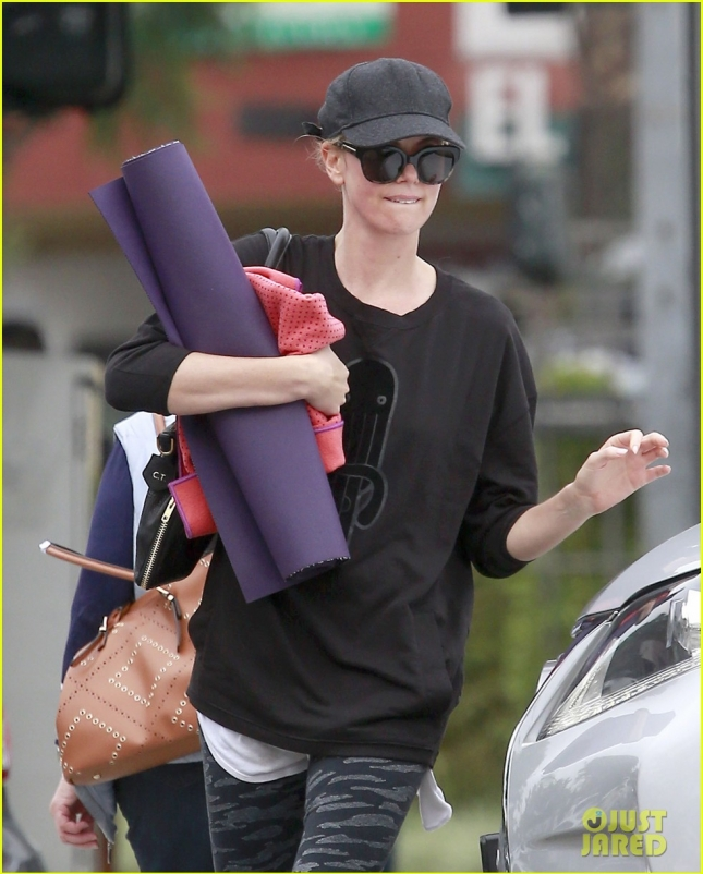 charlize-theron-jaywalks-to-yoga-class-10