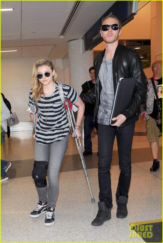 """Хлоя Морец получила несерьёзную травму на съемках фильма """"Пятая волна"""". В тот же день на """"People Magazine Awards 2014"""" актриса появилась без костылей и бандажа, так что всё в порядке"""