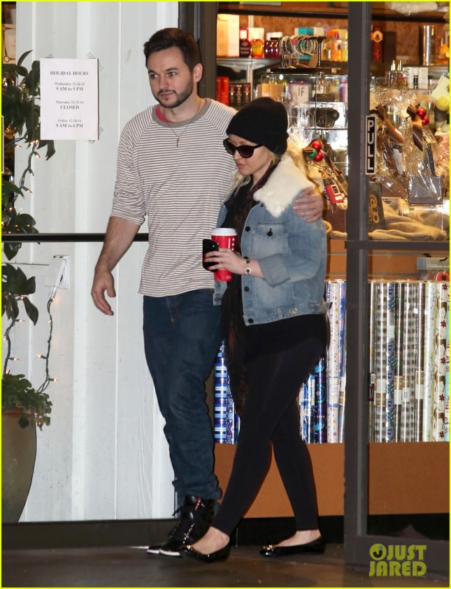 christina-aguilera-does-last-minute-holiday-shopping-02
