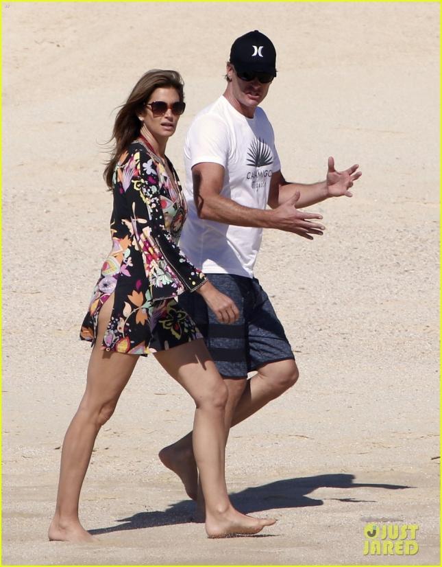 Синди Кроуфорд и её муж Рэнди отдыхают на пляже Кабо Сан Лукас