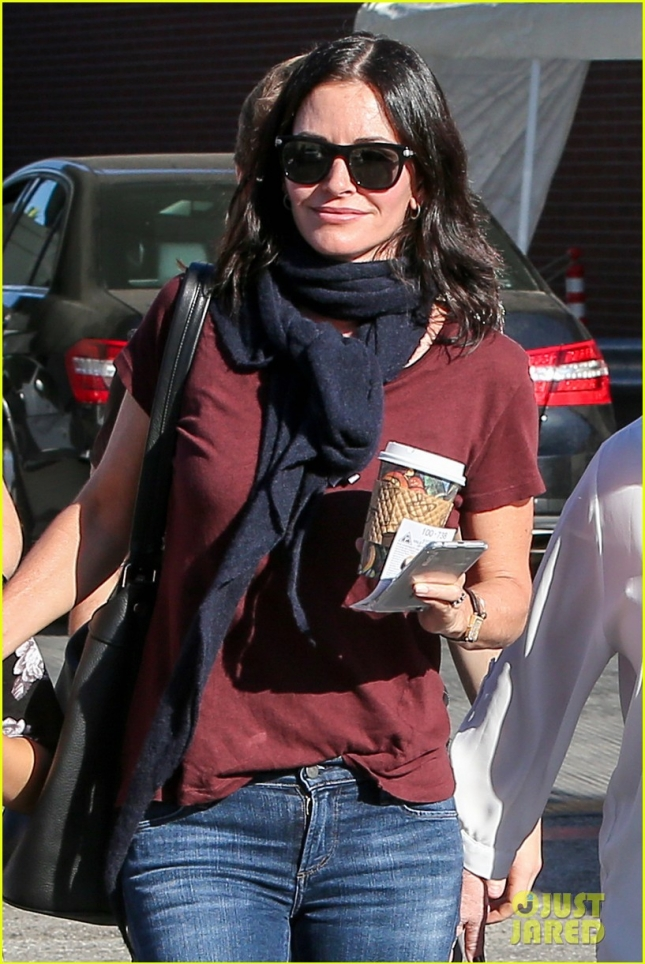 courteney-cox-toned-arms-during-holidays-04