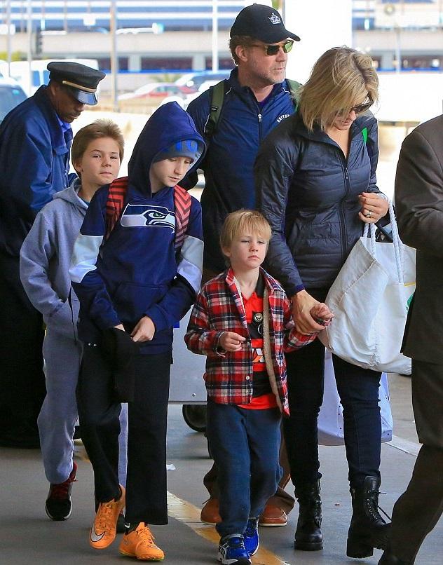 Актер с семьей в аэропорту Лос-Анджелеса, 27 декабря