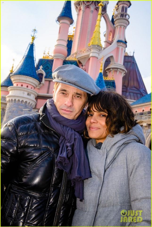 Холли Берри и её супруг Оливье Мартинес сделали классическое семейное фото на фоне замка Спящей Красавицы в парижском Диснейленде