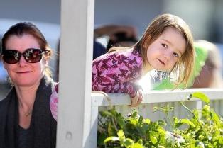 Элисон Ханниган папарацци заметили на прогулке с мужем Алексисом Денисофым и младшей дочкой Кивой Джейн