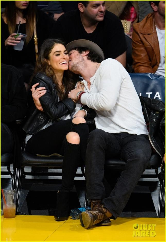 Йен Сомерхолдер нежно целует Никки Рид на баскетболе
