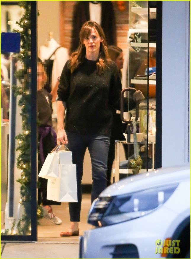 jennifer-garner-christmas-shopping-01