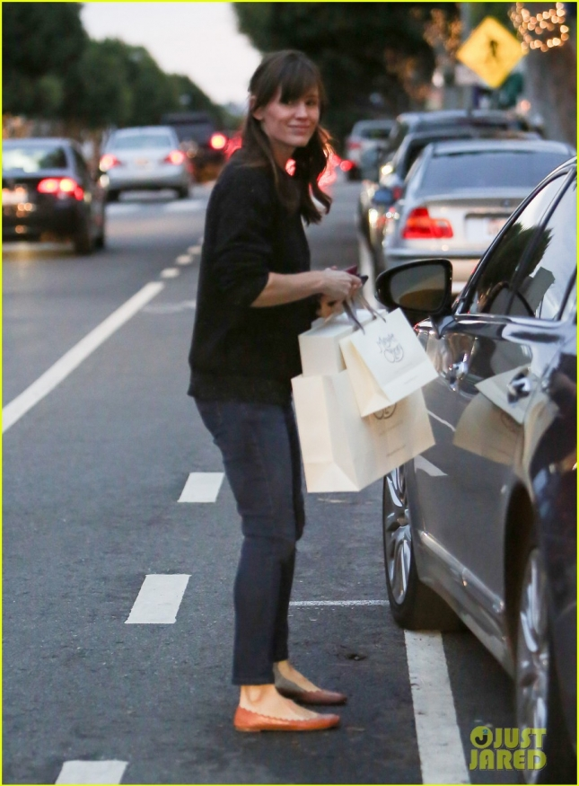 EXCLUSIVE- Jennifer Garner X-Mas shopping