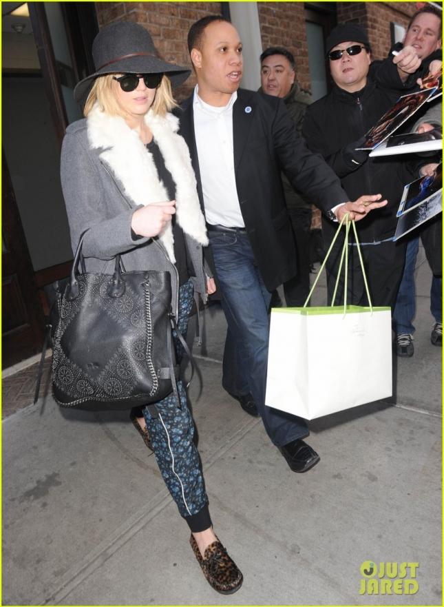 Дженнифер Лоуренс покидает свой отель в Нью-Йорке
