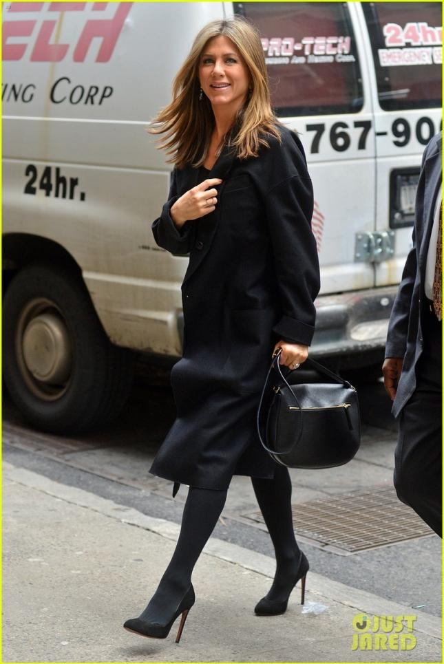 """Дженнифер Энистон направляется на дружеский завтрак в ресторан """"У Майкла"""", чтобы отпраздновать выход драмы """"Торт"""""""