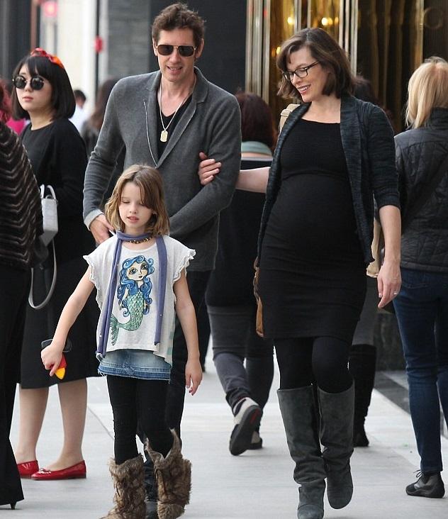Милла Йовович и Пол Андерсон с дочкой