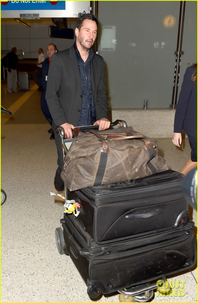 keanu-reeves-catches-a-flight-out-lax-03