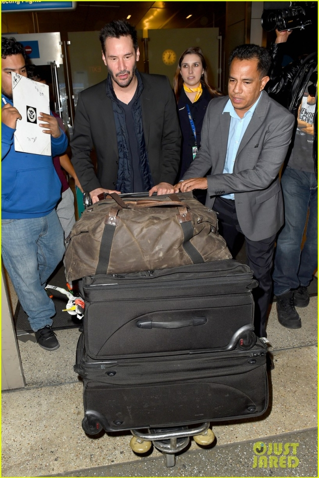 keanu-reeves-catches-a-flight-out-lax-04