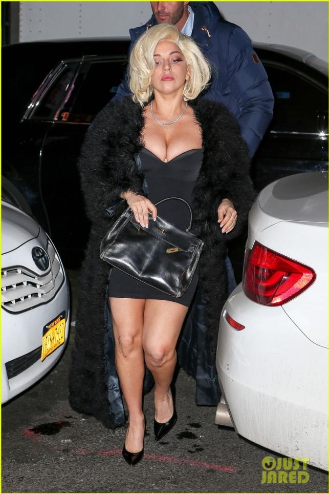 Леди Гага в маленьком (особенно в верхней части маленьком) чёрном платье поужинала в ресторане Нижнего Ист-Сайда вместе с друзьями